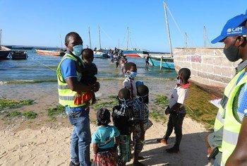Moçambicanos que fogem da insegurança em Cabo Delgado chegando de barco na praia de Paquitequete, Pemba