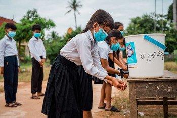 Estos niños utilizan una Instalación de agua para lavarse las manos en una escuela de Camboya apoyada por UNICEF.