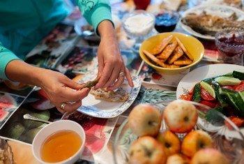 吉尔吉斯斯坦秋可明(Chon Kemin)河谷,一户当地家庭正在享用晚餐。餐桌上的大多数食物都是有机栽培、自家烹调的美味。