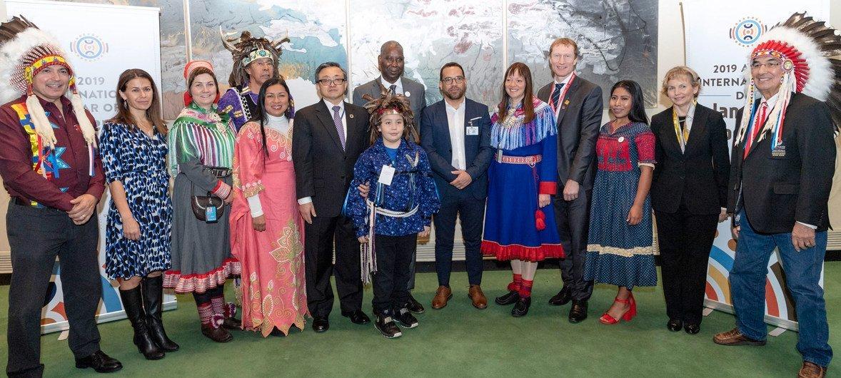 यूएन महासभा अध्यक्ष तिजानी मोहम्मद-बांडे और आर्थिक व सामाजिक मामलों के अवर महासचिव लियू झेनमिन न्यूयॉर्क मुख्यालय में प्रतिभागियों के साथ.