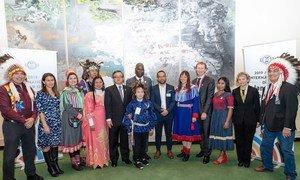 El presidente de la Asamblea General, Tijjani Muhammad-Bande, (al centro), la embajadora de buena voluntad de la UNESCO Yalitza Aparicio (tercera de derecha a izquierda), ministros y representantes de pueblos indígenas