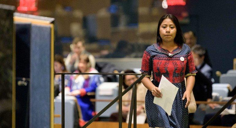 La actriz mexicana Yalitza Aparicio se dirige al podio de la Asamblea General en la clausura del Año Internacional de las Lenguas Indígenas