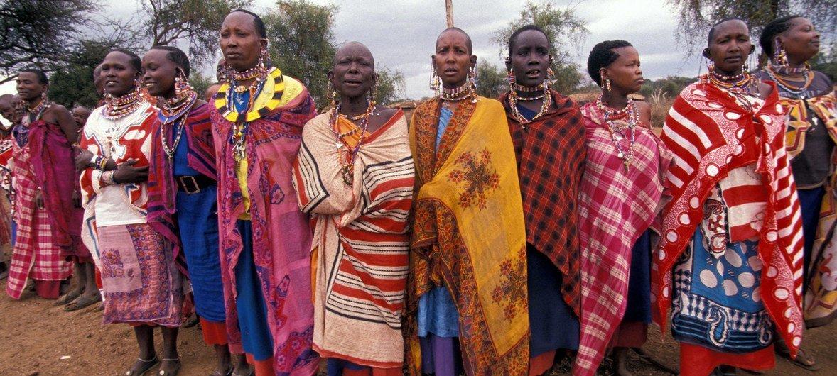 केनया में पारंपरिक परिधानों में स्थानीय महिलाएं.