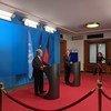 الأمين العام للأمم المتحدة أنطونيو غوتيريش (يسار) في مؤتمر صحفي أمام وسائل الإعلام في برلين، ألمانيا.
