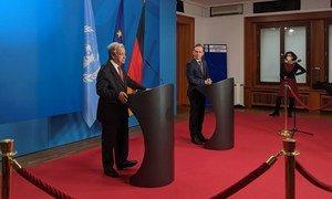联合国秘书长安东尼奥·古特雷斯(左)在德国柏林向媒体发表讲话。