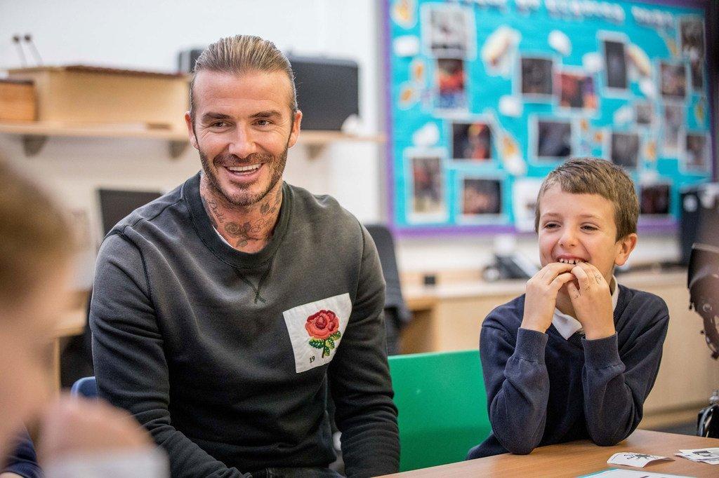Aliyekuwa msakata kambumbu wa Uingereza na balozi mwema wa UNICEF David Beckham akiwa kwenye shule mjini London, UK anunga mkona kazi za shirka hilo.