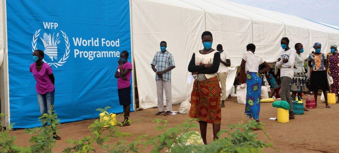 Wakimbizi wapanga foleni kupokea mgao wa chakula katika kambi ya Kakuma Kaskazini mwa Kenya.