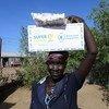 Mkimbizi akibeba chakula mgao uliotolewa na WFP katika kituo kambi ya Kakuma nchini Kenya.