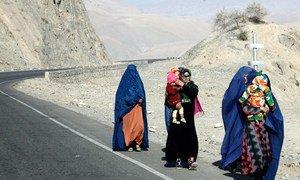 Des femmes afghanes marchent vers Kishm dans le Badakshan