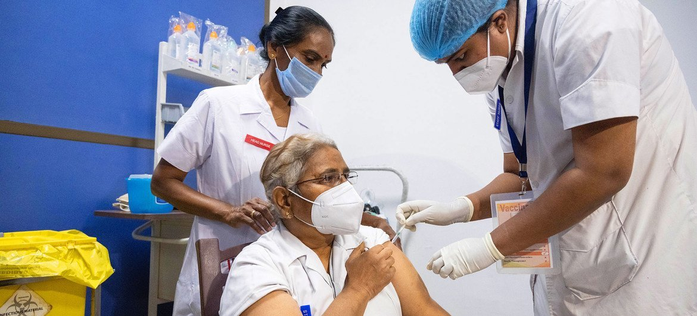 Doctores y trabajadores de la salud han sido los primeros en recibir la vacuna contra el COVID-19 en India