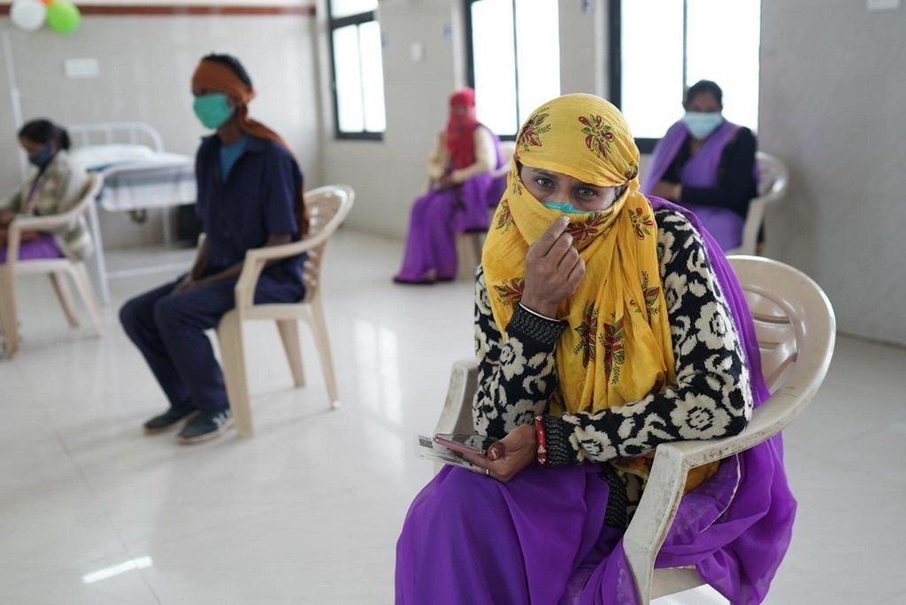 Mfanyakazi nchini India ambaye anataka kupata chanjo dhidi ya COVID-19.