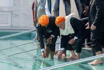 Katibu Mkuu wa Umoja wa Mataifa António Guterres akiosha miguu na mikono kama taratibua ya kumwezesha kuingia kwenye madhabahu ya hekalu la kalasinga huko Kartarpur  Sahib, jimboni Punjab nchini Pakistani