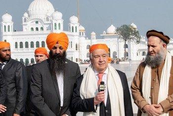 联合国秘书长安东尼奥·古特雷斯在巴基斯坦旁遮普省的古尔达拉·卡尔塔普尔·萨希卜会见宗教领袖。