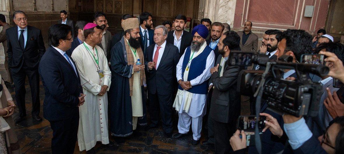 联合国秘书长安东尼奥·古特雷斯(中)在巴基斯坦旁遮普省首府拉合尔卡尔塔普尔镇的一座锡克神庙内会见宗教领袖。