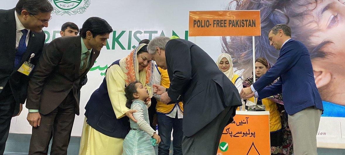 作为全国疫苗接种运动的一部分,联合国秘书长安东尼奥·古特雷斯在访问巴基斯坦拉合尔时为一名幼儿园儿童接种脊髓灰质炎疫苗。
