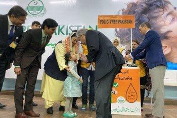 António Guterres, aplica a vacina contra a poliomielite a uma criança, durante visita a Lahore, no Paquistão, como parte de uma campanha nacional de vacinação.