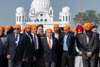 联合国秘书长安东尼奥·古特雷斯访问了巴基斯坦旁遮普省首府拉合尔卡尔塔普尔镇的一座锡克教神庙。