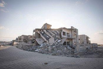 Des maisons endommagées par le conflit aux abords d'Aden, au Yémen.