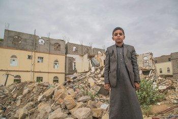Menino iemenita na cidade de Saada.