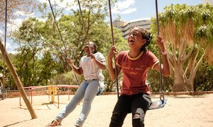纳米比亚两名年轻女孩在秋千上玩耍。