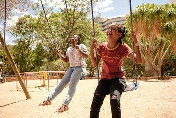 Дети на площадке в Намибии. Состояние экологии, изменение климата и агрессиваная реклама вредной для здоровья продукции угрожают будущим поколениям.
