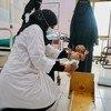 ممرضة تقوم بقياس وزن رضيع عمره شهرين يعاني من سوء التغذية الحاد في عدن باليمن.
