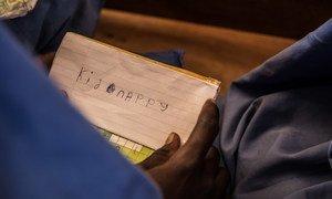 Criança em escola na Nigéria expressa medo de ser sequestrada