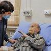 Dr. Akjemal Magtymova, Représentante de l'OMS en Syrie, rencontre un patient danss un hôpital.