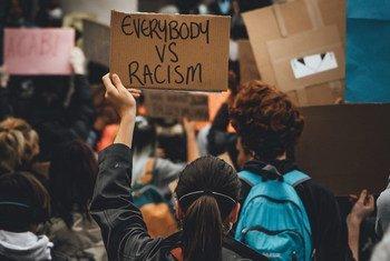 Des manifestants participent à une manifestation de Black Lives Matter au Royaume-Uni.