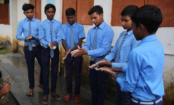 भारत के छत्तीसगढ़ राज्य में हाथ धोते छात्र. अपने हाथों को लगातार स्वच्छ रखने से कोविड-19 का संक्रमण रोकने में मदद मिल सकती है.