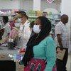 Shughuli za ununuzi kwenye duka jijini Dar es Salaam, Tanzania wakati huu ambapo kumeripotiwa kutangazwa kwa visa vya corona nchini humo.