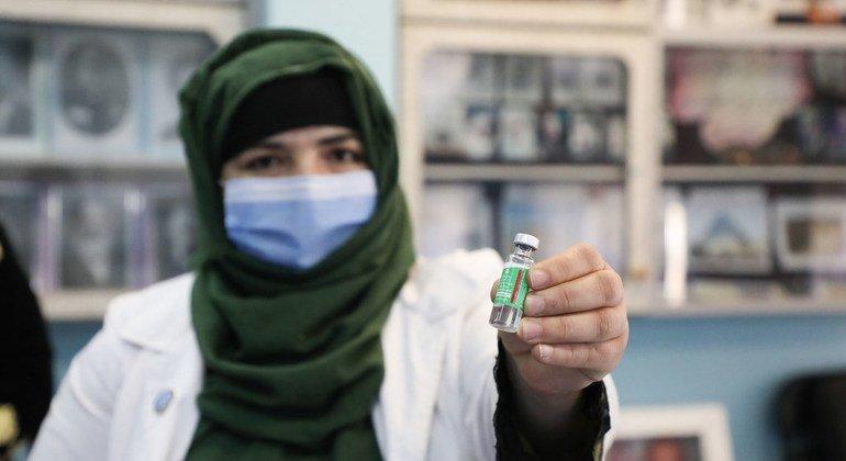 معلمات في مدرسة لتعليم الفتيات في أفغانستان يحصلن على لقاحات ضد كوفيد-19.