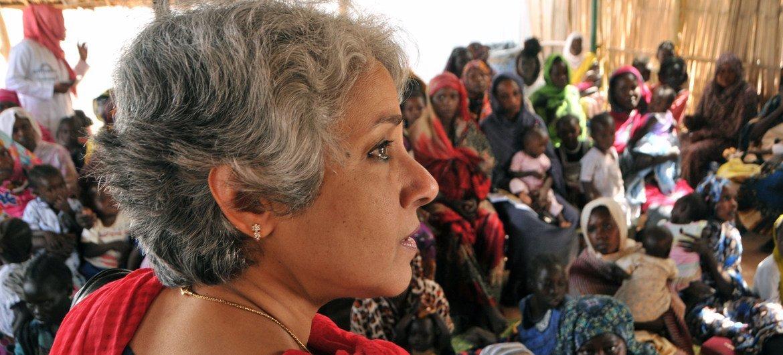 世卫组织的首席科学家苏米亚·斯瓦米内森在苏丹首都喀土穆的一个保健中心会见南苏丹难民。