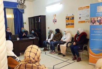 ديما النائب، مديرة مكتب صندوق الأمم المتحدة للسكان بدير الزور، سوريا، في إحدى الاجتماعات.