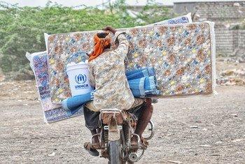 نازحون في اليمن يحصلون على مساعدات إغاثية خلال جائحة كوفيد-19.