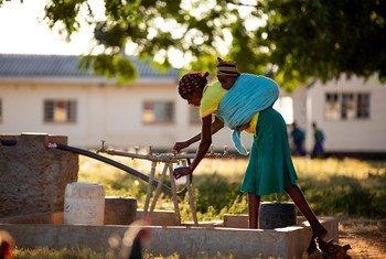 津巴布韦西南部城市布拉瓦约的一家乡村医院门外,一位母亲正在汲水。(2018年6月图片)
