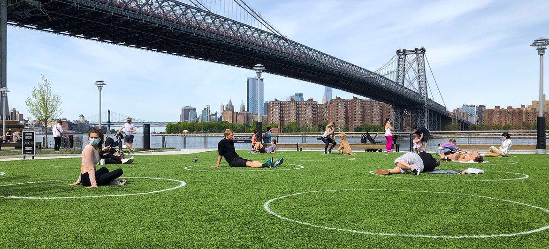 Un parque en Brooklyn, Nueva York, marca con círculos la distancia necesaria para no contagiarse de coronavirus