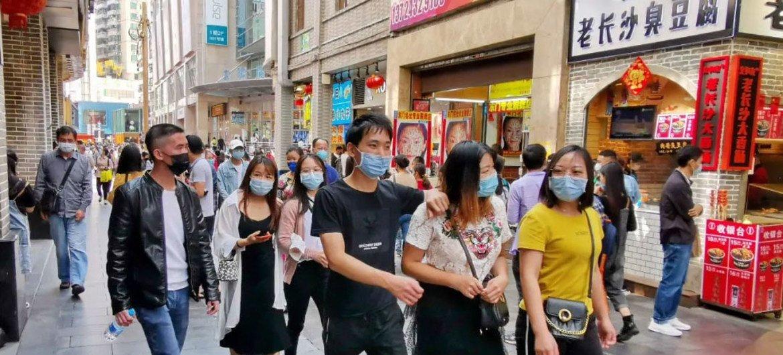 新冠疫情得到控制,管制部分放开后,居民戴上口罩重回深圳罗湖东门老街。