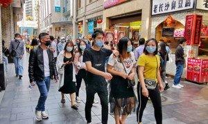 深圳罗湖东门老街里行走的快乐打工者
