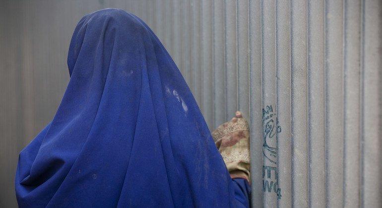 من الأرشيف: فتاة تقف في مخيم للنازحين في العاصمة مقديشو. وقد تعرضت للاعتداء والضرب بعد توزيع طعام.