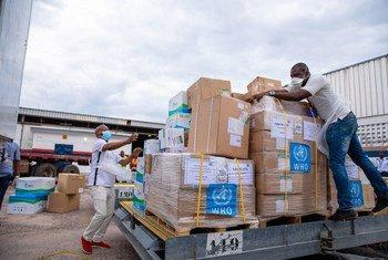 La Organización Mundial de la Salud entrega suministros médicos para luchar con el COVID-19 en la República Democrática del Congo.