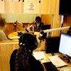 ديفيد شيرير، الممثل الخاص للأمين العام للأمم المتحدة لجنوب السودان وأووت دينق أكويل، وزيرة  التعليم في جنوب السودان مع طاقم راديو مرايا التابع لبعثة (أونميس)