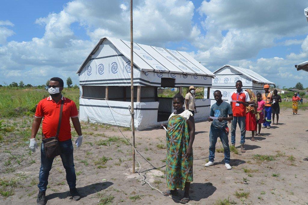 La distanciation sociale est pratiquée dans un centre de réinstallation du district de Dondo, dans le cadre des efforts déployés au Mozambique pour lutter contre la propagation de la Covid-19.