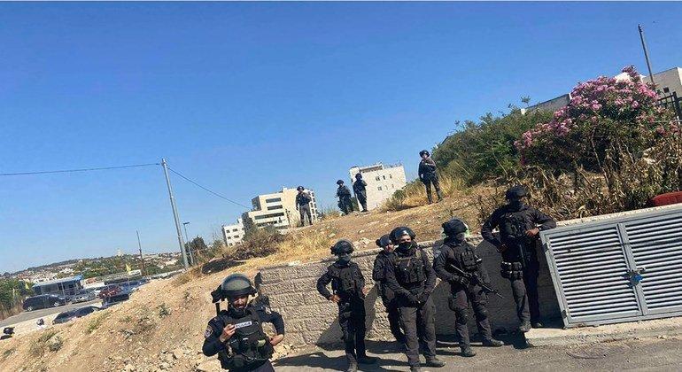 أفراد من الشرطة الإسرائيلية يتجمعون في حي الشيخ جراح بالقدس الشرقية حيث تدور مواجهات مستمرة مع سكان الحي المهددين بالإجلاء.