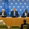 مراقب فلسطين الدائم لدى الأمم المتحدة، رياض منصور (يسار) ومندوب الجزائر الدائم لدى الأمم المتحدة سفيان ميموني (في الوسط) يقدمان إحاطة للصحفيين بشأن اجتماع الجمعية العامة يوم الخميس 20 أيار/مايو 2021.