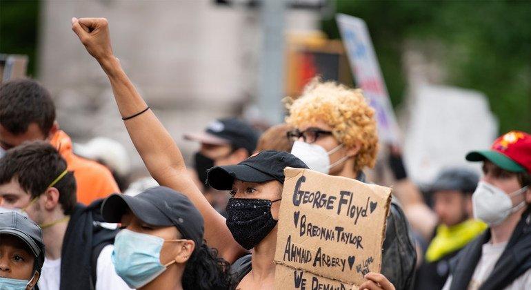 Una protesta en Nueva York contra el racismo y la violencia policial, tras la muerte del ciudadano estadounidense afrodescendiente George Floyd.
