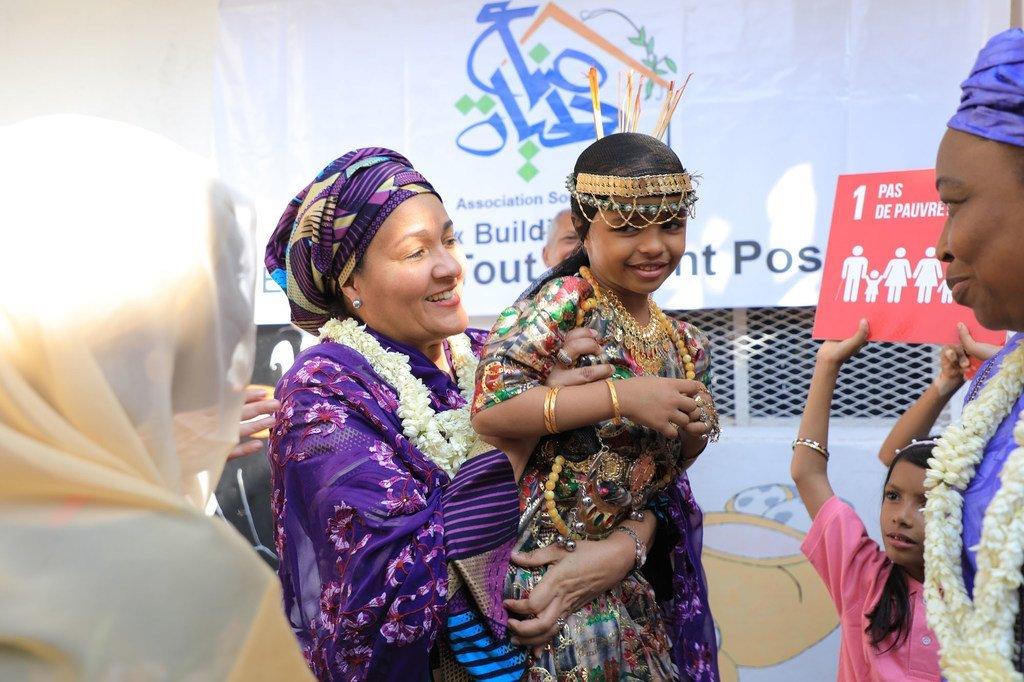 La Vice-secrétaire générale de l'ONU, Amina Mohammed (au centre), avec une jeune fille lors d'une visite à Djibouti dans la Corne de l'Afrique en octobre 2019.