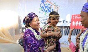 La Secretaria General Adjunta de las Naciones Unidas, Amina Mohammed (centro), interactúa con una joven durante una visita a Djibouti, en el Cuerno de África, en octubre de 2019.