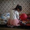 联合国儿童基金会正致力于通过家访消除家庭暴力。图为一名五岁女孩在哈萨克斯坦的家中玩耍。