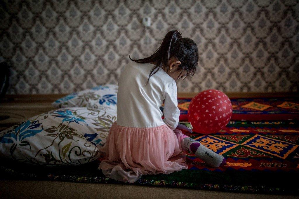 Une fillette de cinq ans joue dans l'appartement de sa famille au Kazakhstan, où l'UNICEF s'efforce d'éliminer la violence domestique par des visites à domicile.